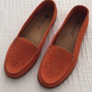Eric Michaels size 39 orange leather flat.